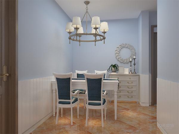 餐桌的墙上刷白色乳胶漆,并且制作有地中海风格的形象墙,显得屋内气氛更有温馨。地中海风格的家具需要完美的软装配合,才能显示出美感。如沙发,窗帘和餐桌的餐布等