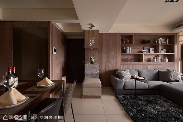 深色钢刷木皮从玄关开始铺陈,转入室内向两侧延伸,带来一气呵成的视觉效果,让空间充满自然温润质地。