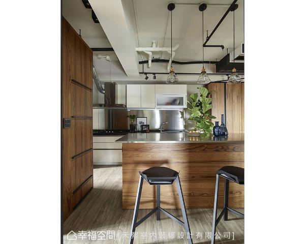 屋主强调整洁感,禾熙室内装修设计以沟缝式把手,形塑电器柜简洁的立面视觉,完美收拢生活物品,避免视觉凌乱。