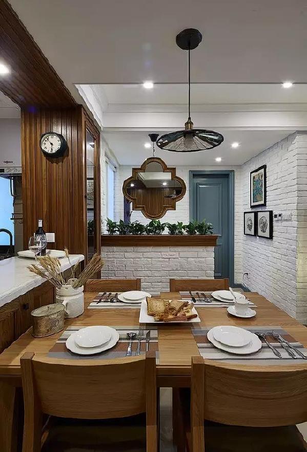 四人位的实木餐桌椅,紧挨着厨房吧台摆放,木纹质感十足,低调而奢华。