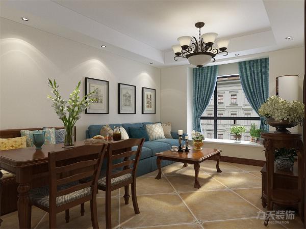 客厅区域也是飘窗加三人位沙发,餐厅则是利用卡座节省空间的同时,增加储藏空间。