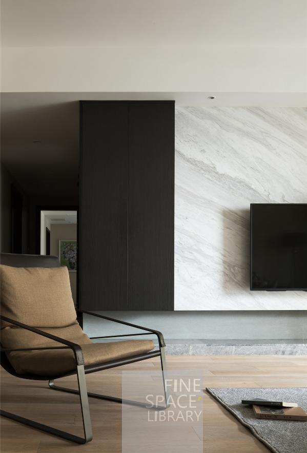 经典白黑,带给了空间干净整洁与利落感;而木色与驼色的融入,除视觉的柔和外,更是带来了更好的使用舒适感。