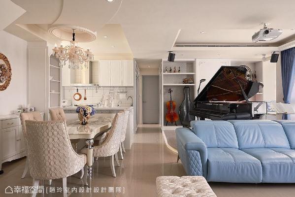三角钢琴下特别架高出一个琴岛,底下设置灯光照明,打造表演台的氛围,让学音乐的屋主女儿可以尽情演奏。