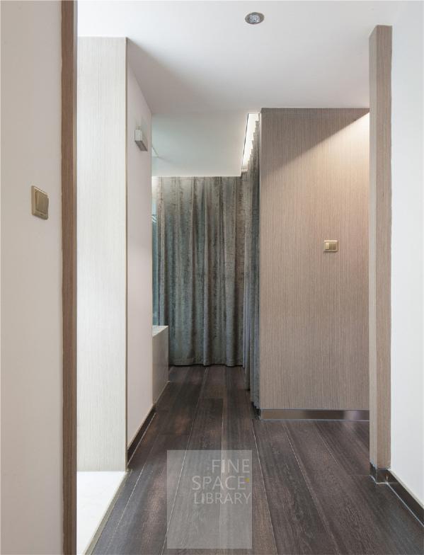 明快调子的衣帽及卫浴区,厚厚的布幔取代了传统柜门,增加了一份'卧室专属'的柔和。