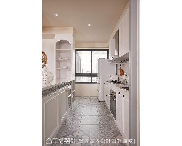 厨房采开放式,增加与家人的互动。为增加收纳而新作的柜体,勾勒古典细节语汇,也将空间色彩从白过渡到灰。