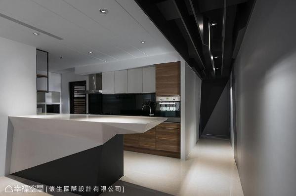 中岛选以人造石切割出量体造型,与系统柜共筑利落平整的立面线条,呼应空间设计。