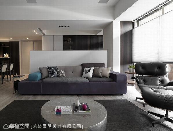 禾筑国际设计以天花、柜体、家具取代实墙来定义场域,维持公领域的视觉穿透。感性中带有纪律的理性,铺叙简约内敛气韵。