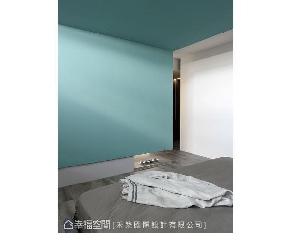 以部分家具或墙面跳色的手法,为中性彩度的整体空间,抹上清新活泼的靛色况味。