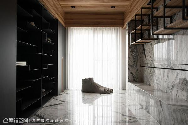 善用电视墙后方空间,利用铁件层板打造展示区,左侧则以柜体规划藏书储物机能。