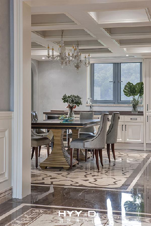 餐厅 移步进入餐厅,光亮的地板倒映着一扇窗户的轮廓,影影绰绰中,温情地诠释着一室的透亮。优雅的餐椅正恭敬地等待着您的入席。