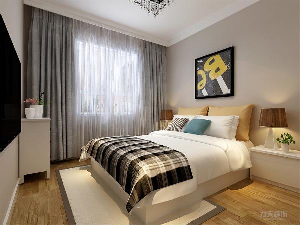 主卧通铺地板,增加舒适感,墙面是咖色乳胶漆,整体营造温馨的氛围