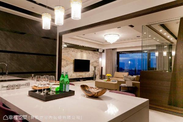 提供亲友围聚的餐厅,餐桌的部分以中岛吧台形式呈现,桌面侧边更安排整排插座,方便需要时使用。