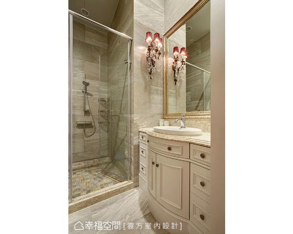 古典元素同样展现在卫浴空间上,藉由大理石材、线板及框镜,让华美质韵弥漫其中。