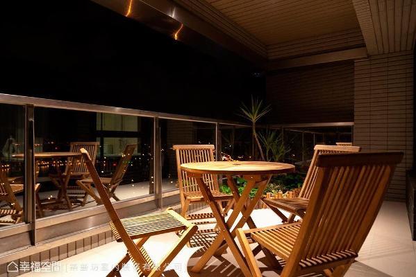 设计师许梅英保留主卧外面的大露台,让留白与休憩的空间留给屋主沉淀心境。