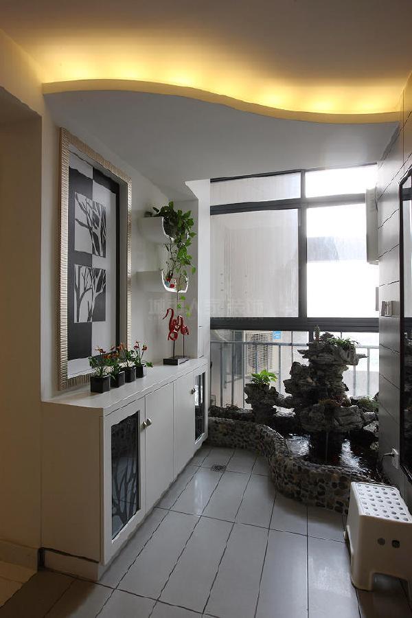 入户见景,一进门水景假山的设计给整个房间带来活力,生机勃勃。