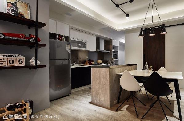 厨房壁面镶贴不锈钢板,结合科技感电器厨具增添现代气息;中岛以系统板材呈现出仿水泥面,与餐桌紧密相连带来餐厨合一的配置设计。