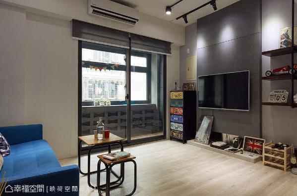 使用灰色水泥板打造的电视墙,呈现出灰色造型及沟缝线条,下方利用不锈钢板做衔接,再以水泥砌出机柜台面,为工业风增添现代简约的面貌。