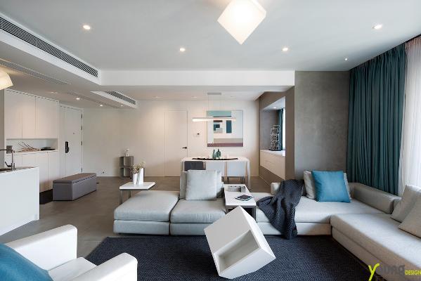 【深圳漾空间设计有限公司】漾设计Young Design——客厅,墙面大面积使用亚光白色,似乎冬日中那纯洁的雪。空间去掉了门的概念,采用简洁的隐形门,彰显极简风格的朴素之美。