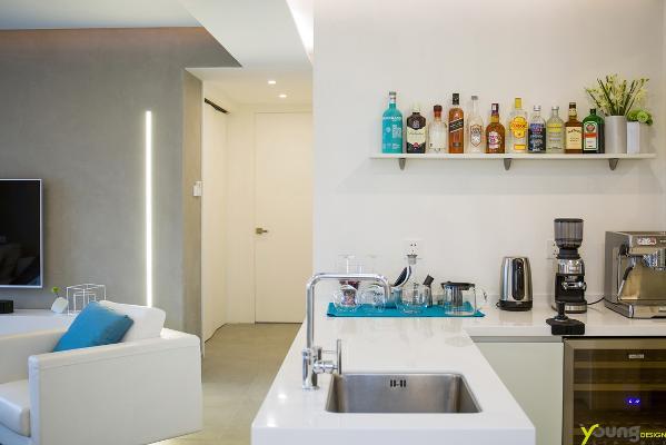 【深圳漾空间设计有限公司】漾设计Young Design——厨房。在洁白色的空间里,湖蓝色的餐桌布点亮了整片空间,祥和而动人。 这片完全敞开的西厨区给生活添加了很多乐趣。