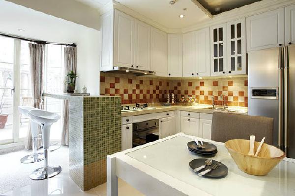 开放式厨房利用色彩鲜艳的马赛克磁砖诠释出厨房乡村的休闲氛围,延伸至观景窗的吧台,也展现随性生活的快乐精神。