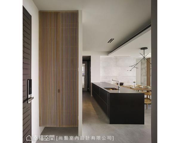 透过适当的尺度比例,简约内敛的线条与质地来陈设空间,一进门即能感受到沉静若定的舒缓氛围。