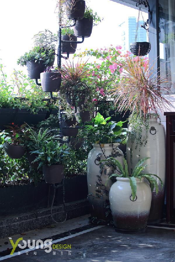 【深圳漾空间设计有限公司】漾设计Young Design——阳台上种一些喜欢的花花草草,绿色能使人心情愉悦,绿色植物可给人心旷神怡之感。