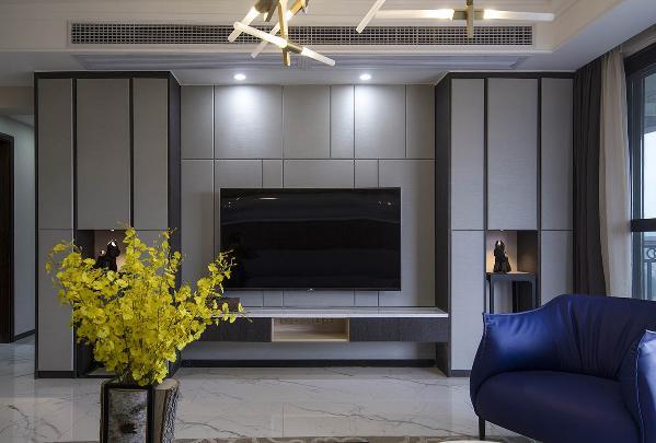 原建筑电视墙比沙发背景墙短的不对称,设计师通过从新规划入房通道,缩小客卫的方式解决了这个问题。