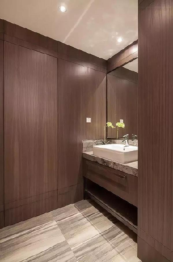 以木饰板装饰充斥的卫生间,整体氛围现代大方,很独特新颖