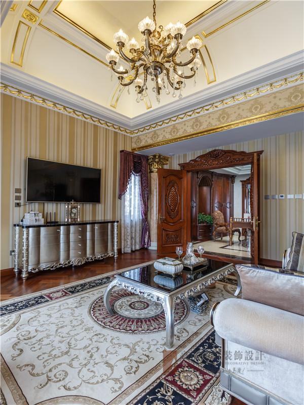 主卧:精制的门板与精美的吊灯,彰显了空间高贵的品质。
