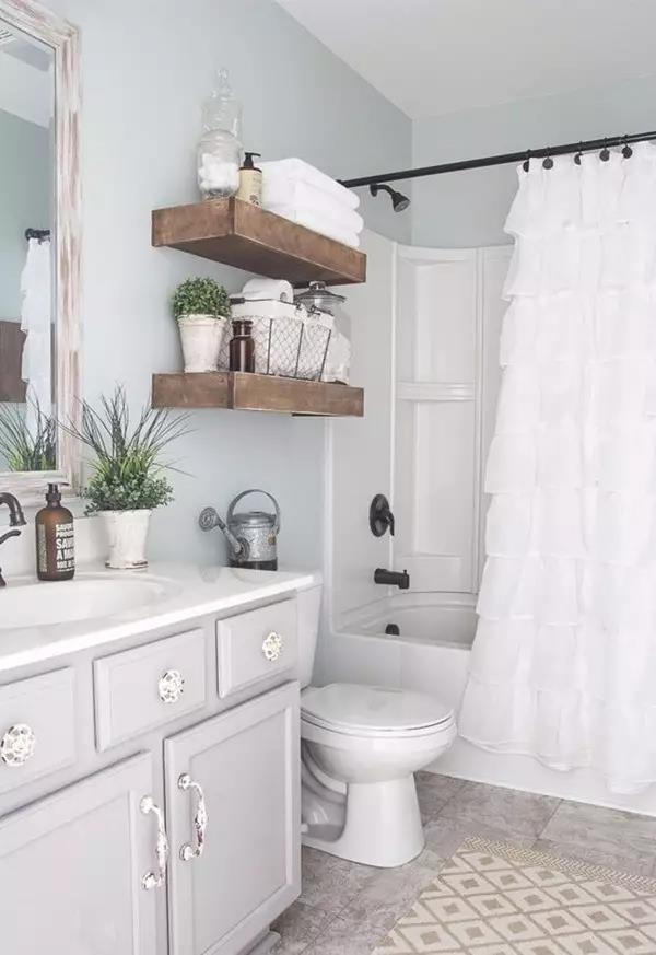 天然竹炭、柠檬可以帮助除臭,但注意不要把柠檬直接放在瓷砖或浴室柜表面,以免留下痕迹。