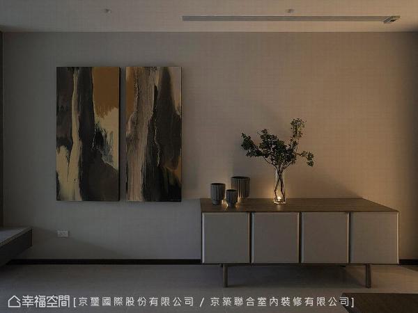 艺术画作特别挑选一幅原木意象的油画,成为空间中一道醒目端景,为场域挹注自然原始气息。