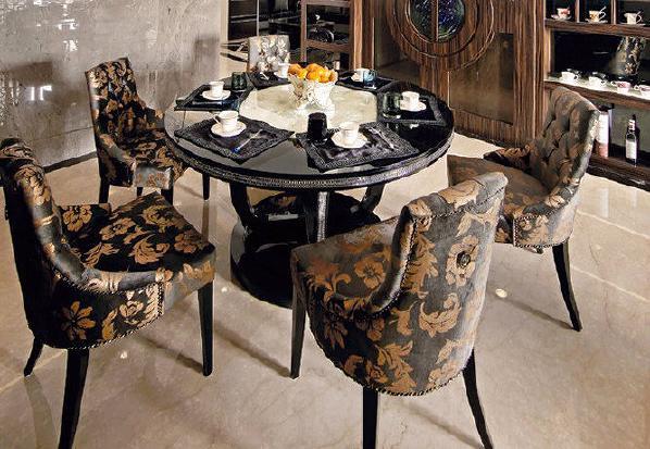 气势非凡的餐厅,将新古典的曲线美感展现淋漓尽致,圆形的天花线板对应圆桌,璀璨的水晶吊灯也成为注目的视觉焦点。