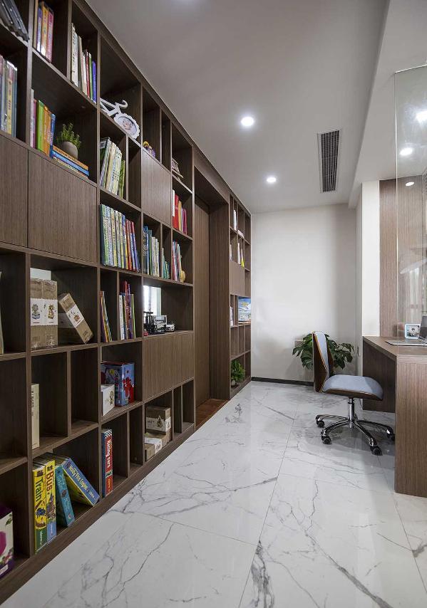 书房用玻璃材质和餐厅来做了物理上的分割,与健身房用通透的书柜做了切割。视觉上还是和客餐厅及健身房成为整体。
