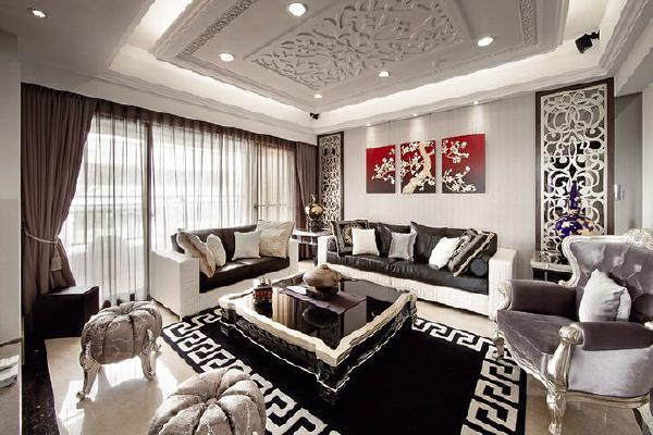 客厅将美感与细腻度合而为一,设计师更参酌屋主的喜好,以大量的花卉图腾飞舞于场域的各个角落,例如可以在天花板与沙发背墙看到雕花的元素,而墙面则以香槟银的壁纸铺述场域氛围。
