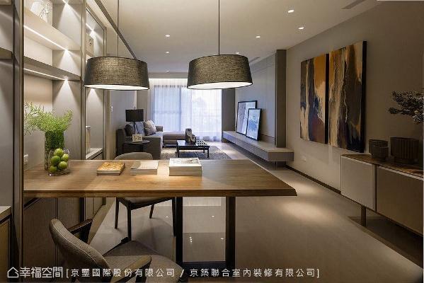 从柜体延伸出一张桌面,可作为用餐或是阅读、上网的区域;一旁展示柜结合间接照明,可摆放屋主的珍贵收藏,创造出精品般的质感氛围。
