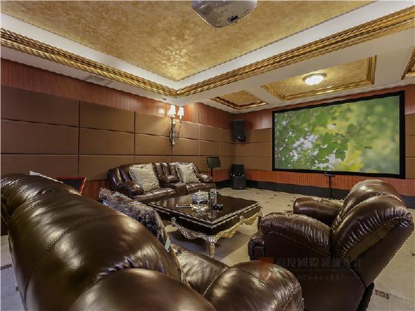 影音室:皮质沙发与明黄色吊顶完美结合,打造出大气、典雅的视觉效果。