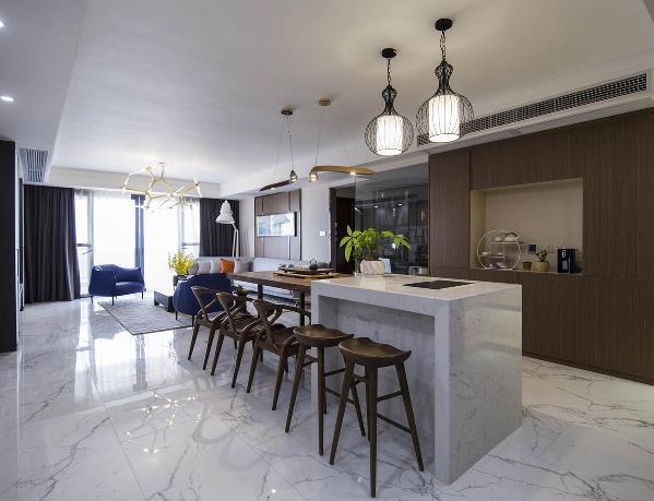 餐厅的设计上有个值得借鉴的地方,那就是综合了餐桌和中岛的功能,给旁边的厨房增加了一个额外的料理台兼吧台,还非常贴心的增加了一个煮食的功能。
