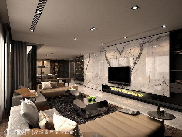 选用大理石做为电视墙基底,并于下方设计壁炉意象,勾勒居家温馨氛围。