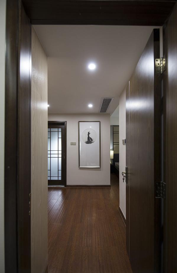 主人房一进门是处很宽敞的衣帽间,休息的地方在内侧,使得这里的氛围更加安静。