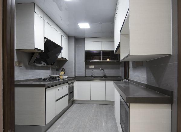 厨房的储物功能做的相当足,可以容纳不少的电器设备。