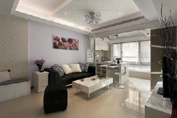 客厅主灯是盏有贵妇气息的紫色浪漫水晶灯,将淡淡蓝紫色的主墙彼此衬映得很典雅,对场作设计的李设计师笑着说:「看到灯就像看到屋主一般,因为两者同样拥有高尚的气质。」