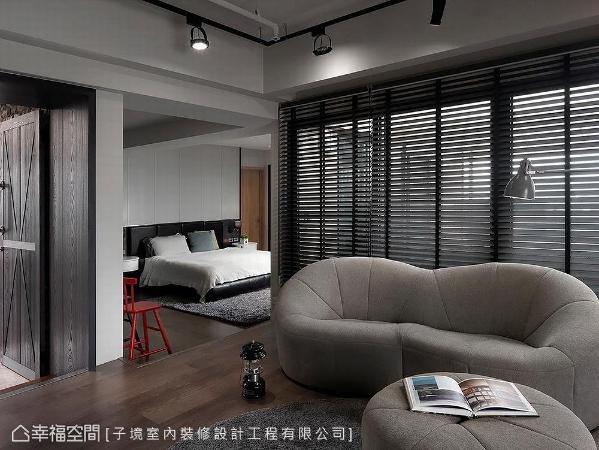起居室与主卧房以地坪高低差作场域区隔,开放格局使空间更加宽敞。