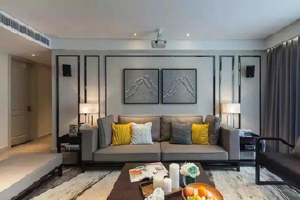 """家居的装饰风格要注重材质的软硬对比,过软则风格表现稍弱,过硬又无亲和力,因此简约风格的客厅挂画在与沙发的""""软""""的对比之下,要表现得""""硬""""一点儿,才能突显出家居简单大气的风格。"""