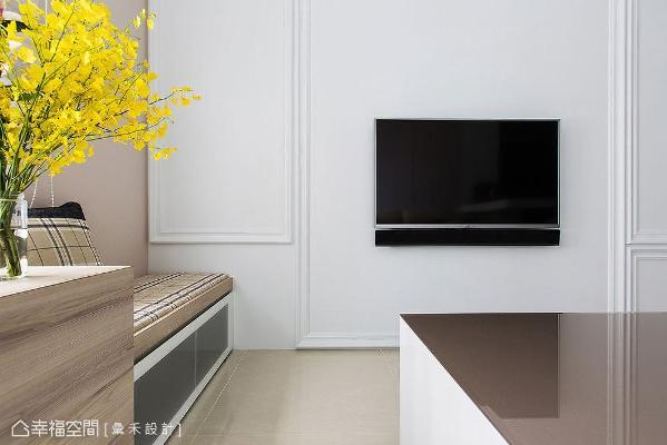 由于电视墙深度不足,将机柜安排在卧榻下方,搭配烤漆玻璃门片,方便操作遥控器。