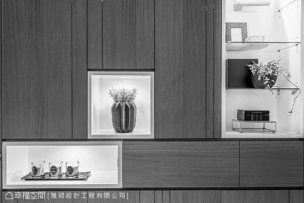 木皮柜面局部以钢琴烤漆框定出展示平台,随兴摆放花卉植栽或是艺术品,立即为空间带入艺文色彩。