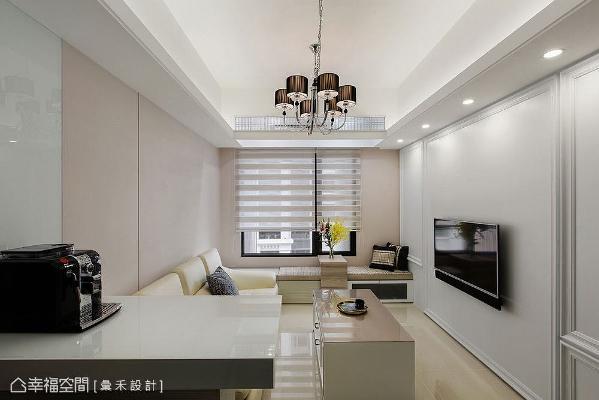 将沙发墙纵长拉宽,摆放正常尺寸一字形沙发;涂喷上大地色漆带来跳色手法,搭配烤漆玻璃提升轻盈感。