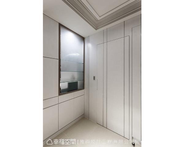 细腻的沟缝线条中,局部嵌入钛金属条,展现精致的现代工艺,并顺势隐藏起卫浴门片,形成和谐一致的视觉美感。