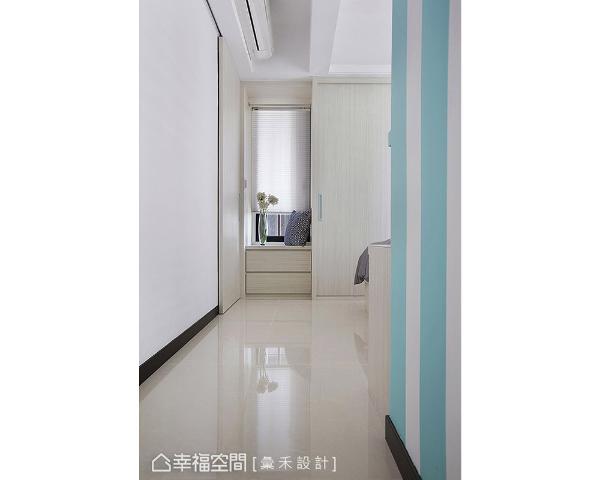 主卧入口延续蓝白配色手法,与床头墙设计相呼应,不仅带来延伸视觉,也增加立面变化性。