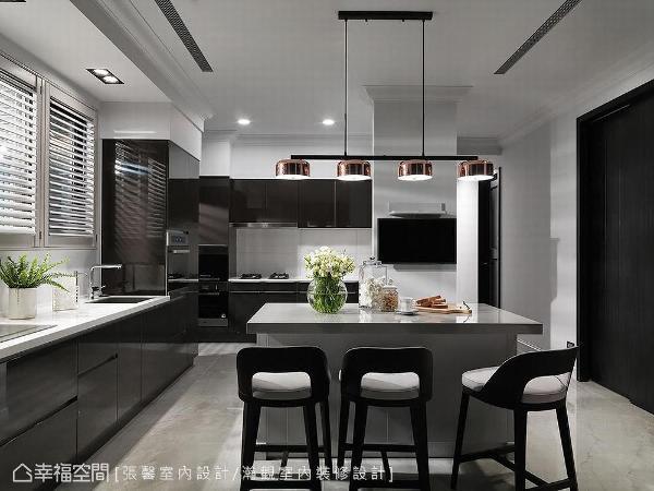空间以浅灰色铺底搭佐黑色烤漆厨具,演绎现代利落视感,并于天花细节巧妙安排古典线板,成功传达现代微古典风格气氲。