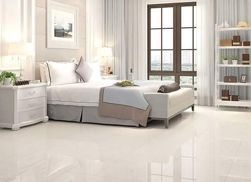 玻化砖是通体砖坯体的表面经过打磨而成的一种砖,吸水率低,硬度较高,表面如镜面般透亮光滑,不易有划痕,能提亮室内光线,但防滑性不是很好。